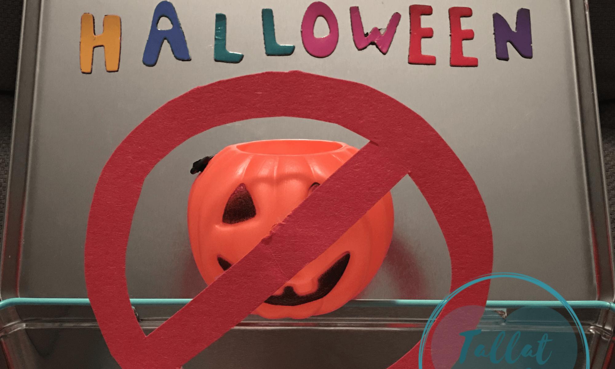 """Letras imantadas escribiendo """"aquí no hay Halloween"""" y, debajo, una calabacita de juguete con la típica cara tallada, tachada"""