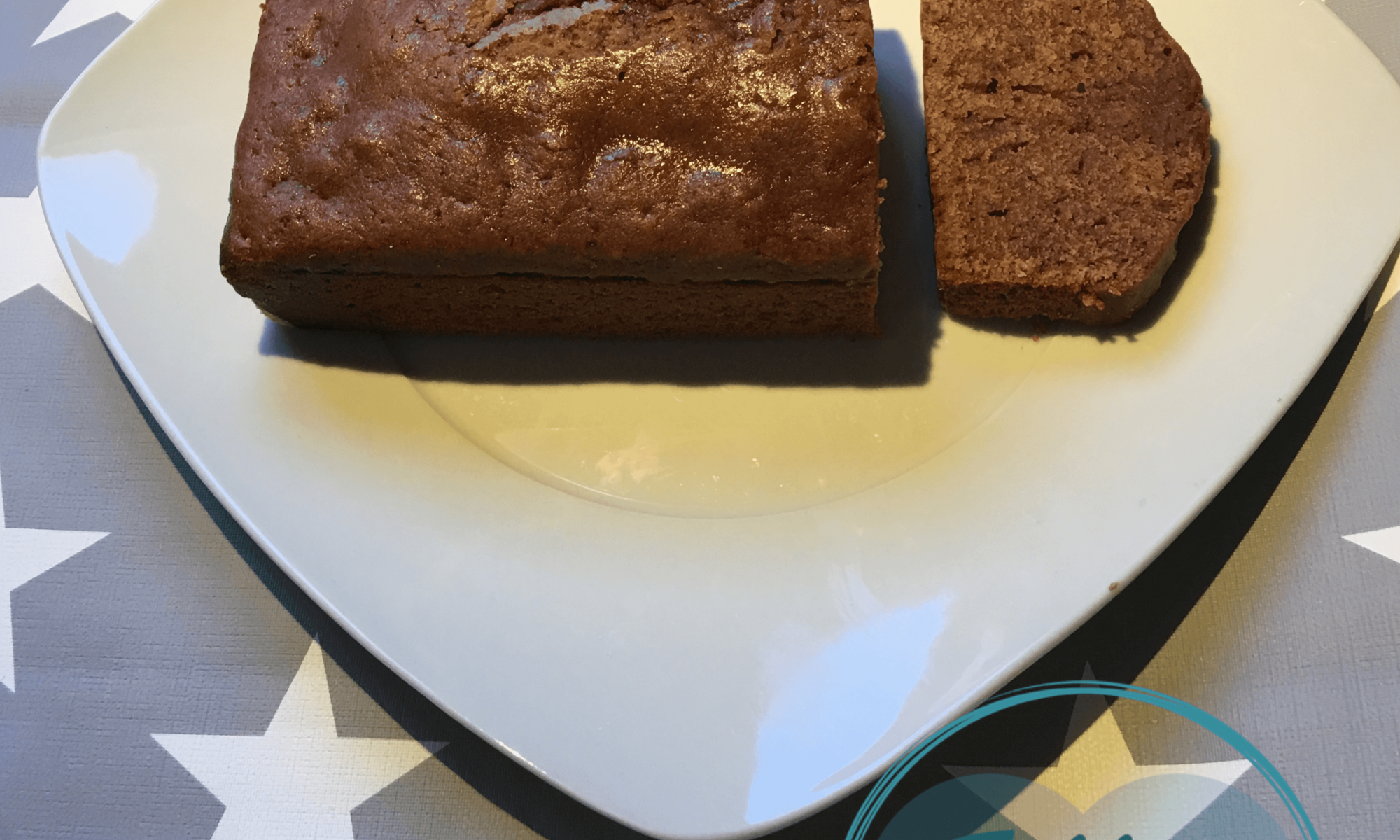 Bizcocho de cacao, leche y aceite sobre plato blanco