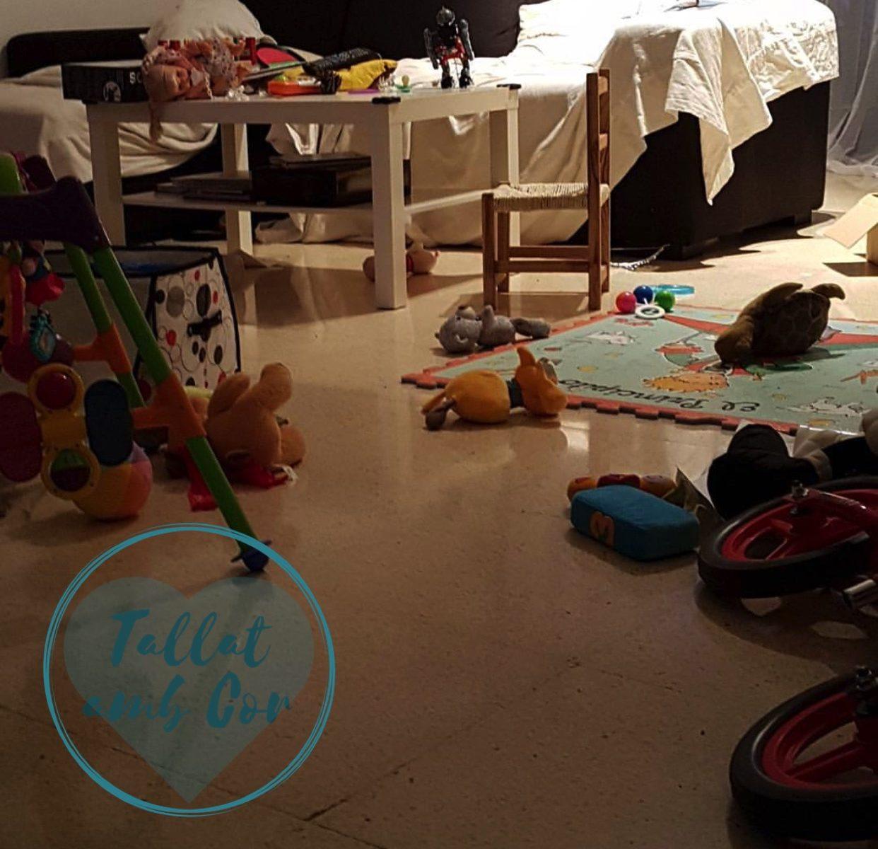 Sofá al fondo con las fundas mal puestas, mesa de centro y suelo lleno de juguetes. Si no hay corresponsabilidad, se dificultan las tareas