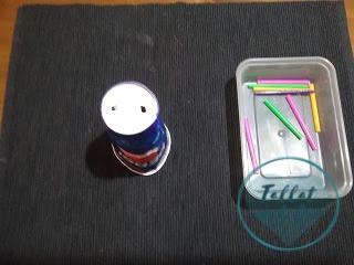 Vaso de papel con 2 agujeros y pajitas cortadas por la mitad en recipiente