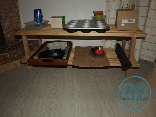 Estantería con materiales de inspiración Montessori para bebé de 22 meses