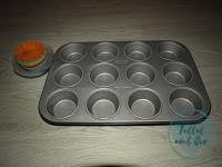Bandeja para hornear 12 cupcakes y 12 moldes de silicona de colores