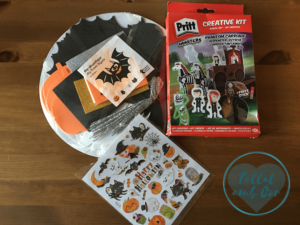 Hoja de pegatinas con motivos de Halloween, caja de Pritt con la que hacer un carruaje con fantasmas y pack de Flying Tiger para hacer murciélagos, fantasmas, gatos y arañas