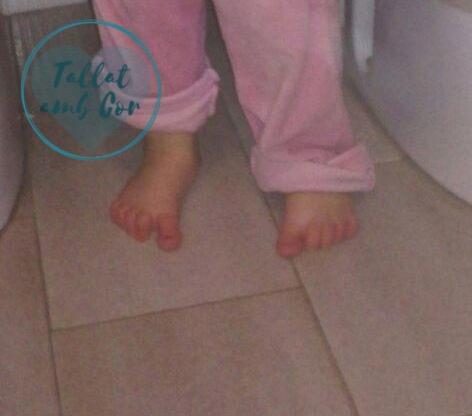 Pies descalzos de bebé de 2 años