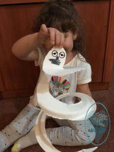 Fantasma en espiral sujeto por niña